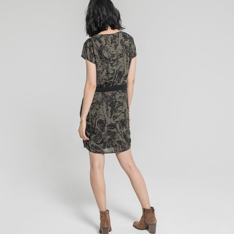 efcaec18bc3 Robe courte noire et kaki en voile à imprimé camouflage manches ...