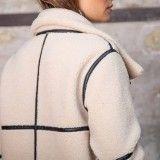 Manteau long écru zippé en fausse peau lainée