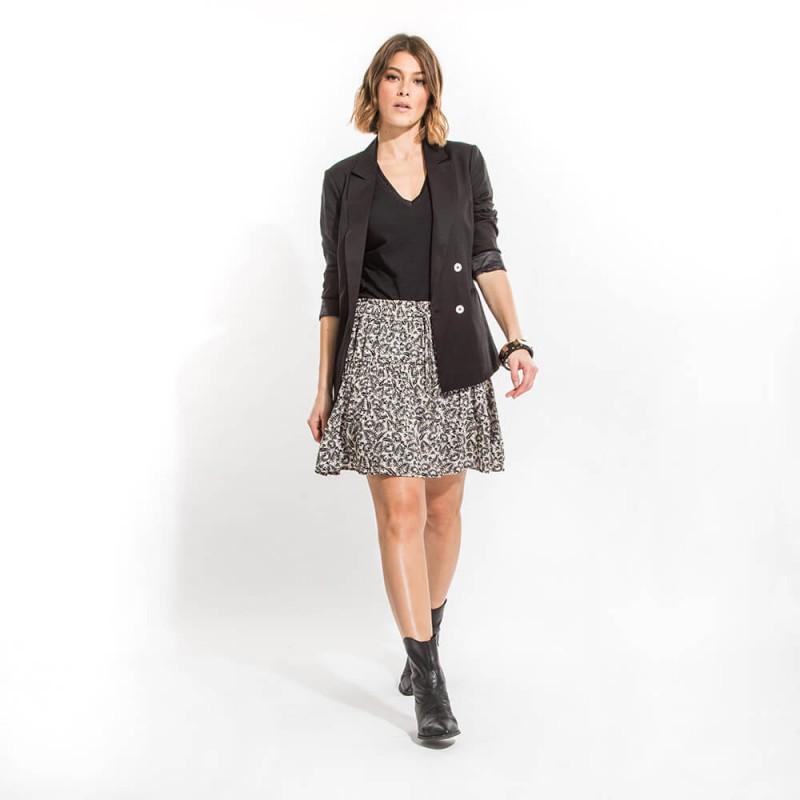 T-shirt noir éco-responsable en coton bio à col V et manches courtes