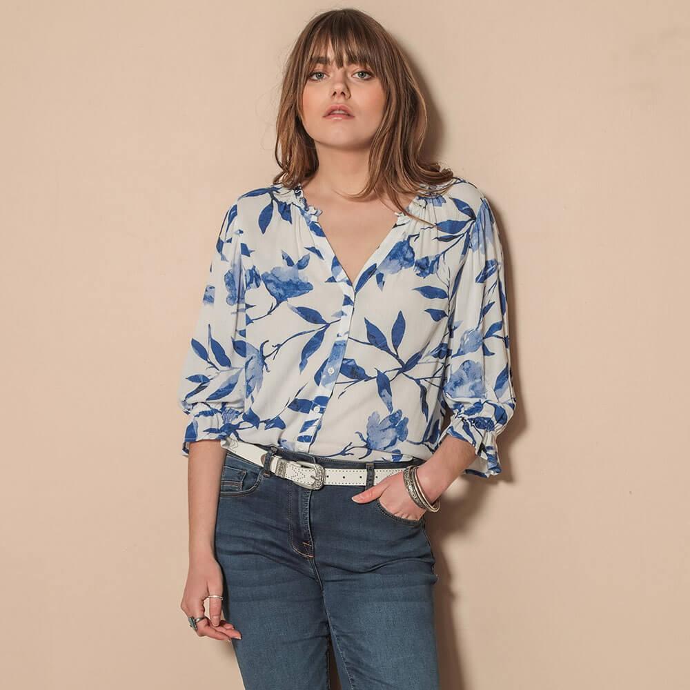 Chemise droite évasée à l'imprimé bleu et manches volantées