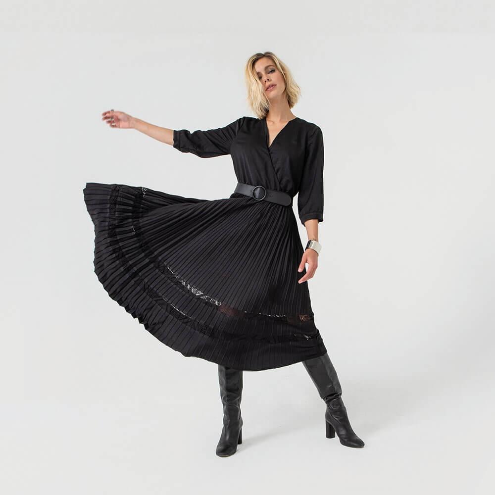 Robe mi-longue noire jupe plissée ajourée