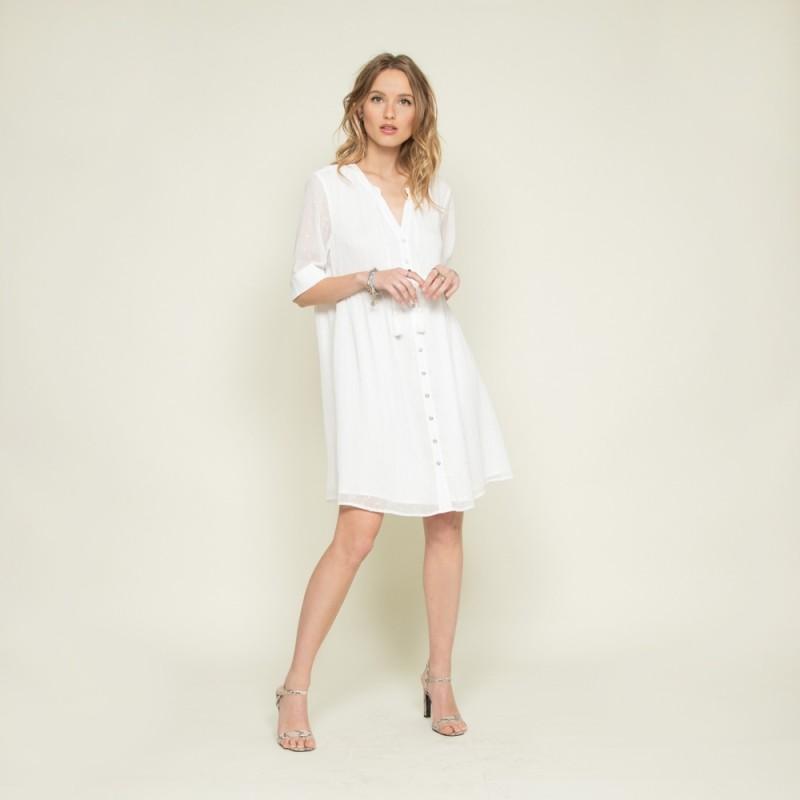 robe courte et fluide écrue avec détails plumetis