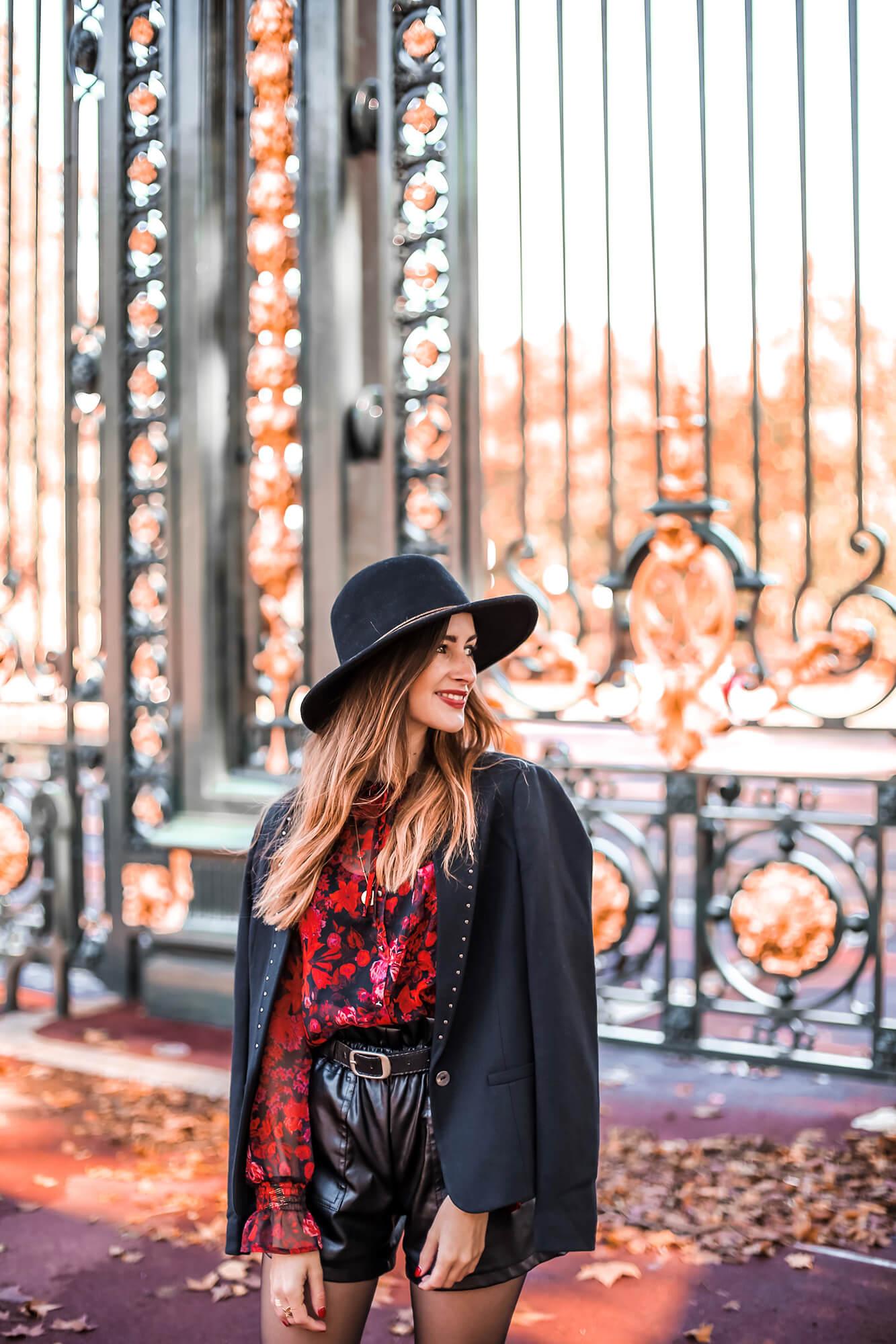 Justine, de rouge et noir vêtue, incarne parfaitement le style etl'esprit bohème-rock d'Elora